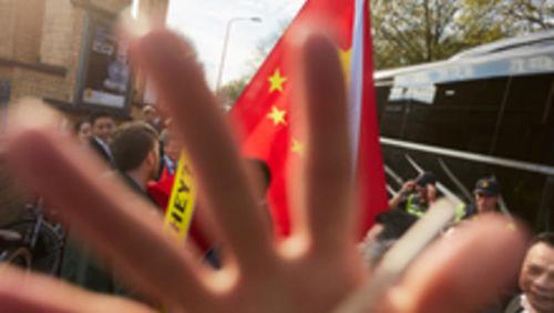 Störung von Unterstützern der chinesischen Regierung einer Amnesty-Protest-Aktion in Den Haag
