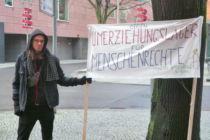 protest_schild_gegenUmerziehungslager