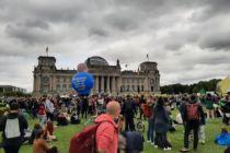 Menschen demonstrieren vor dem Reichstag für das Klima